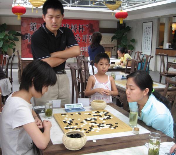 2007年第五届建桥杯本赛在京举行,常昊和女儿紧张观看张璇(右)与宋容慧的比赛_副本.jpg