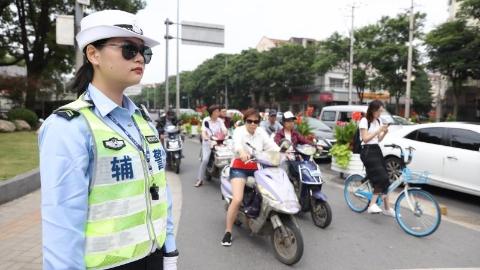 """繁忙十字路口迎来""""生力军"""",上海首批公安系统勤务辅警""""上线"""""""