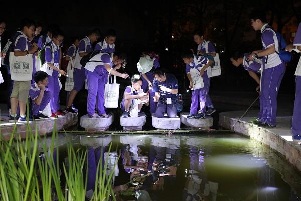 """学生们在池塘边寻找""""夜游神"""" 魔都行者 摄.jpg"""