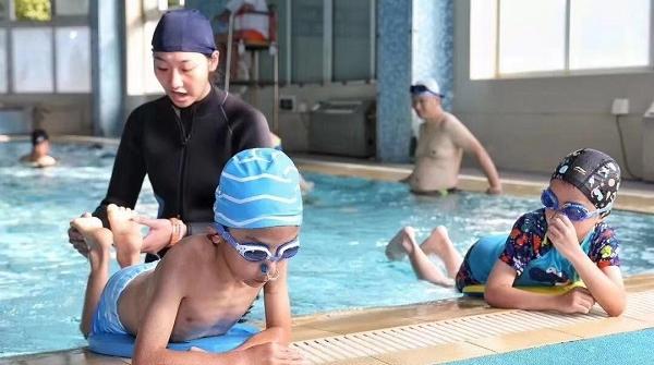 邻距离|申城迎来游泳高峰期 中小学生游泳教学需求多