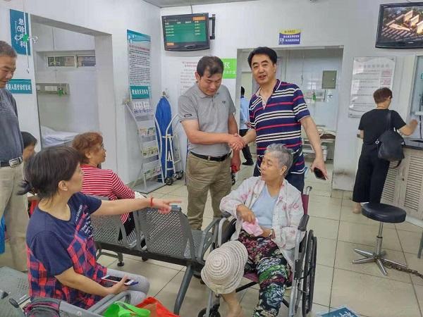 111路公交职工及时送医并全程陪同,让老人的家属十分感动(车队供图).jpg