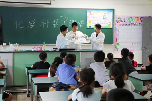 图说:工程大志愿者正在为小朋友们讲授课程 学校供图.jpg