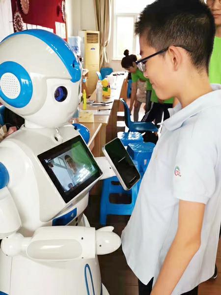 图说:工程大团委为爱心暑托班准备的智能机器人 学校供图.jpg