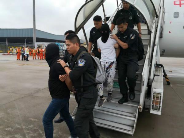 """四名""""套路贷""""犯罪团伙成员今天被上海警方从境外押解回沪"""