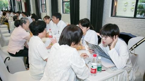 """申城 """"医苑新星""""冒雨为市民义诊送健康"""