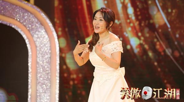 穿着婚纱就奔上了舞台,脱口秀女演员吐槽自己如何被逼婚……