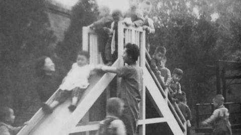 邻距离|晒晒我家老照片:儿童乐园里孩子们欢快玩耍