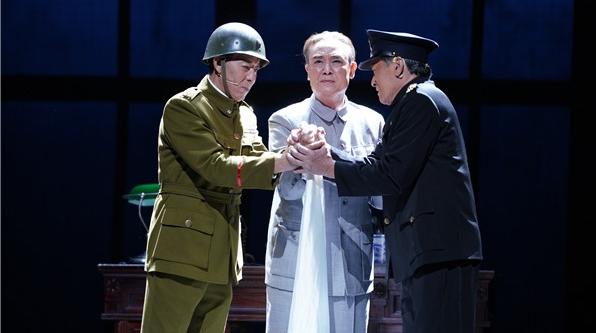 几代上海电影人倾情出演 话剧《日出东方》昨晚首演成功