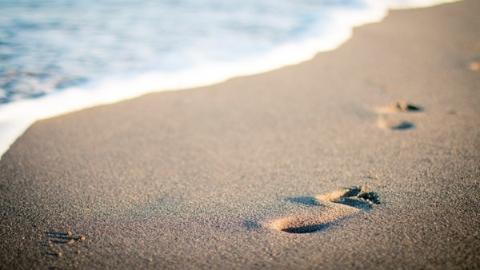 夏天,在沙滩上迷失的孩子
