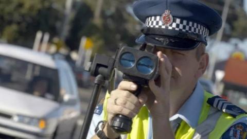 """为缓解交通堵塞,新西兰开""""慢行""""罚单"""