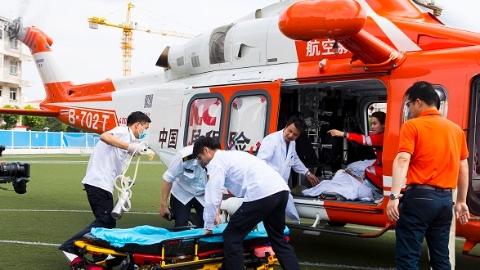 """医校合作首度开辟""""空中120""""市区应急起降点 一重症颅脑伤患者直升机从浙江转运至上海十院救治"""