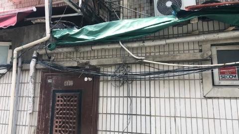 现场目击 红松路175弄14号居民楼内电线交缠惹人忧