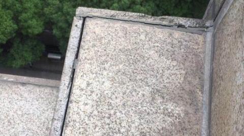 现场目击 浦东地杰乐生活广场墙砖脱胶 头顶隐患亟待排除