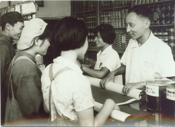王裕熙在柜台1970年.jpg