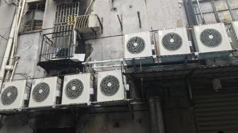 新闻追踪 三台违规放置的空调外机被移除