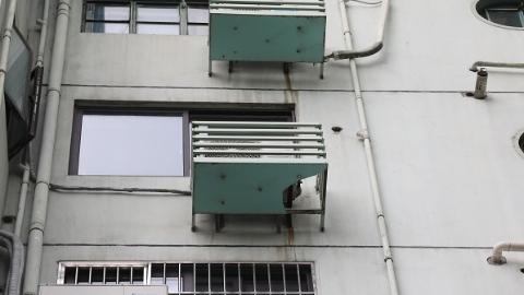 """现场目击 居民楼空调外罩底板频现""""大窟窿"""""""