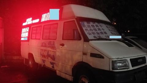 """记者调查   打非法广告、昼夜""""营业""""……石龙路地铁口这辆面包车如此""""神通广大""""?"""