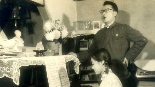 晒晒我家老照片 |  一个歌唱一个伴奏  琴声滋养绵长友情
