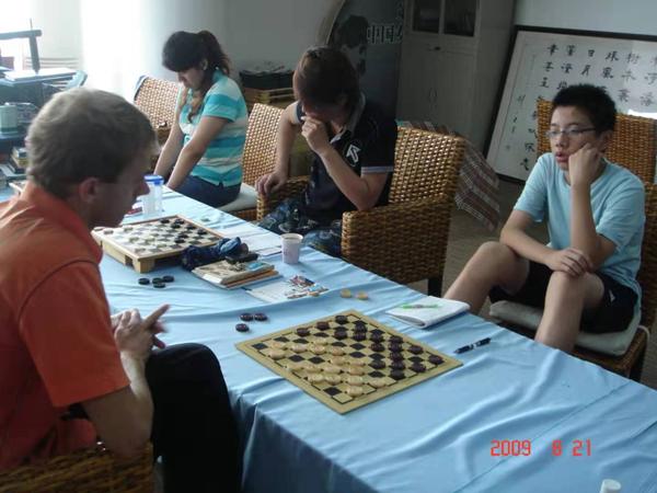 上海国际跳棋队的乌克兰外教尤里(左一)与队员刘沛(左二)、陈旭和张宸烨(右一)在训练中_副本.jpg