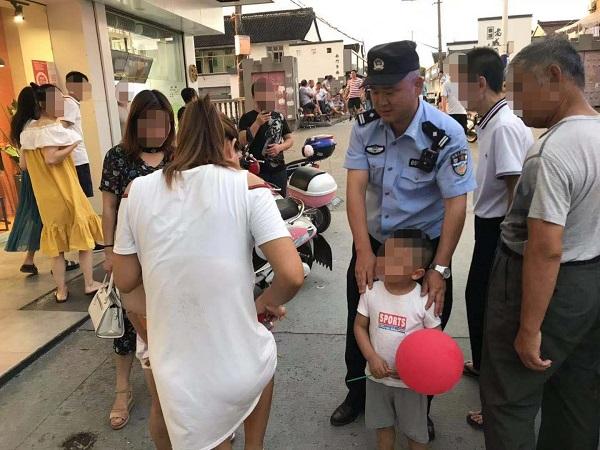 民警通过拿在小男孩手上的气球,找到了他的家人.jpg