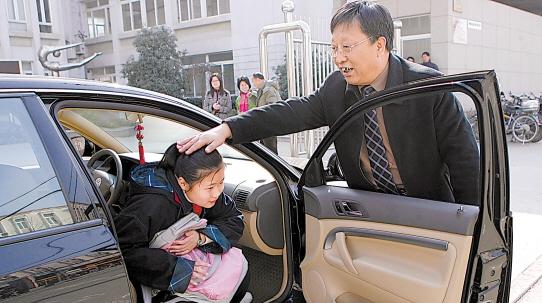 """【暖新闻】世间再无""""老李校""""的""""幸福快车"""" 那位连续十年接送孩子上下学的校长走了"""