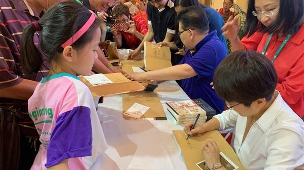 《诗书画》同名图书亮相上海书展,曹可凡印海蓉与读者共品诗、书、画
