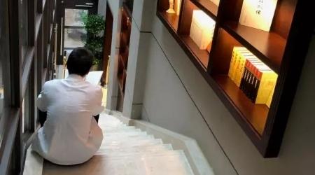 爱书人④|作家书店里,那位穿着白色制服在楼梯口听讲座的大厨