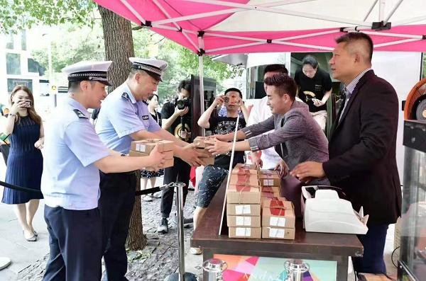 市志愿服务公益基金会慰问抗御台风一线交警和志愿者