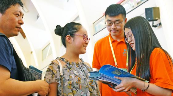 上海书展短镜头:这群为爱书人服务的人们,你注意到了吗?