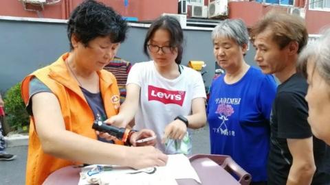 """一个人的爱心能温暖一群人:松江大二女生暑期帮社区老人""""代扔垃圾""""分文不取"""