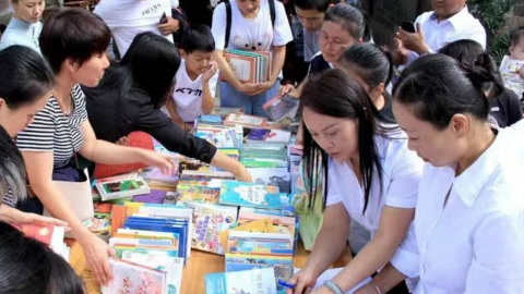 """徐汇康健街道向云南石屏捐赠图书电脑 """"渔书""""结缘边陲小城"""