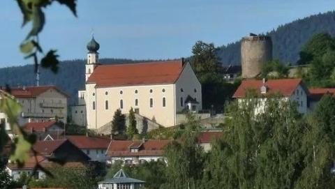 德国小镇缺少医生,单身美女镇长引来众多应聘者