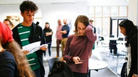 英国高考放榜: 高分越来越少,不想上大学的高中生越来越多