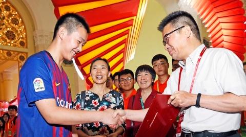 """上海书展闭幕 最后一名读者""""明年还会再来"""""""