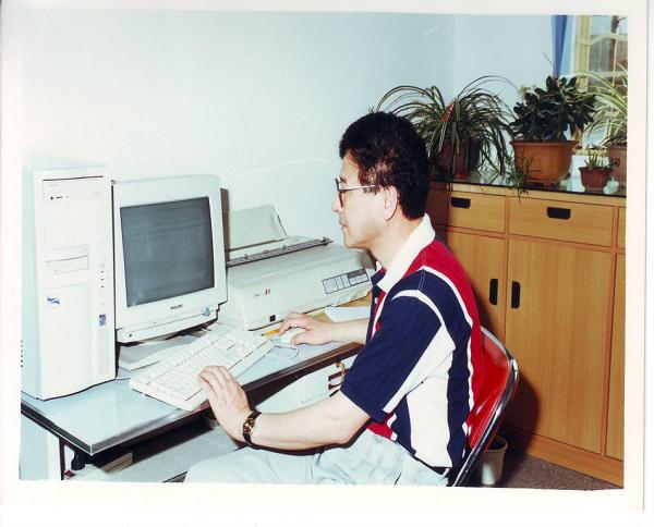 邻距离|晒晒我家老照片:初见电脑便倾心  从此结下不解缘
