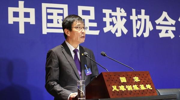 陈戌源今天上午当选新一届中国足协主席:看报告时他一直戴着眼镜