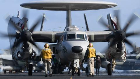 美军航母在对伊前线酿A类事故 预警机着舰失败碰坏4架战机