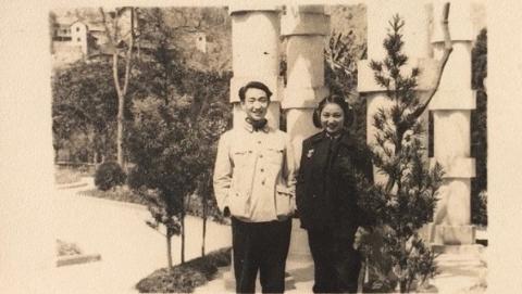 邻距离|晒晒我家老照片:58年伉俪情深 依旧幸福如初