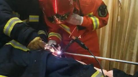 60厘米钢筋贯穿工人胸腹 中山医院和徐汇、黄浦两区消防支队接力救治