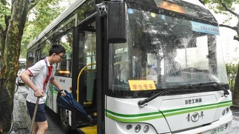 今天一早,上海唯一的公交学生专车准时出发。这一幕,十年如一日