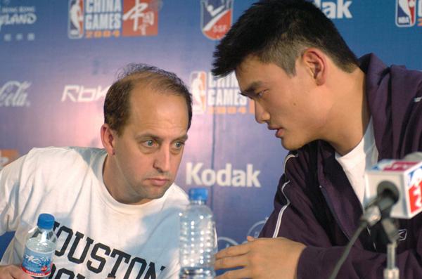 2004年,范甘迪和姚明在上海出席NBA中国赛新闻发布会_副本.jpg