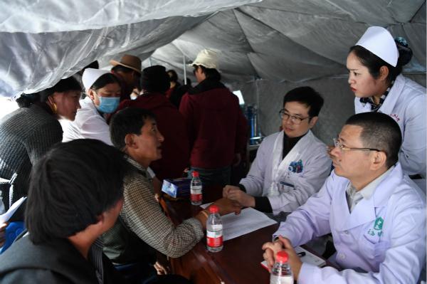 图说:各科专家为当地农牧民和各族群众提供诊疗服务 采访对象供图.jpg