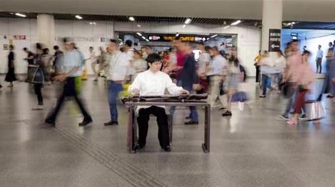 让快节奏的生活慢下脚步 在喧嚣的地铁站聆听古琴