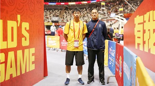 你知道吗?篮球世界杯上海赛区的服务人员中有对父子兵!