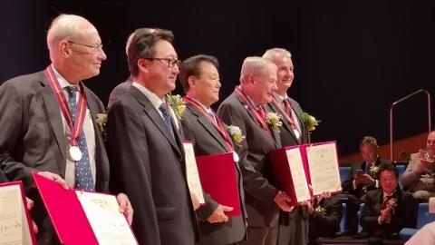 """每年来沪开办学习班 这位""""白玉兰纪念奖""""获得者要为中国培养神经外科骨干医师"""