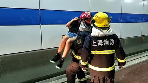 """长江隧道内两车追尾4人被困 消防队员上演最暖""""公主抱"""""""