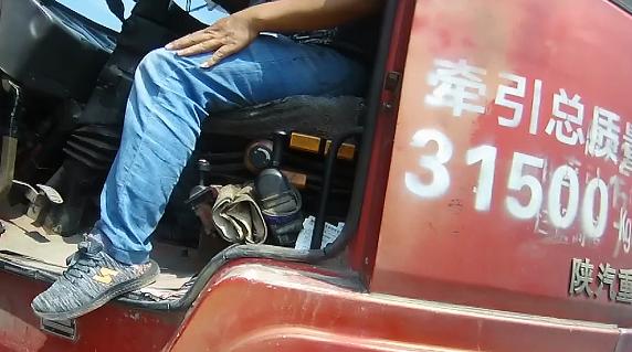 违法停车,男子绕圈躲避查处,还对民警谩骂推搡