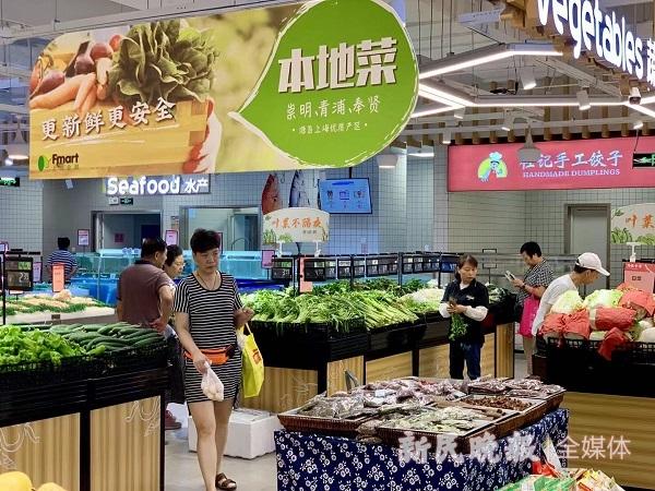 芦恒路枢纽新开的超市吸引了周边不少居民(曹刚 摄).jpg