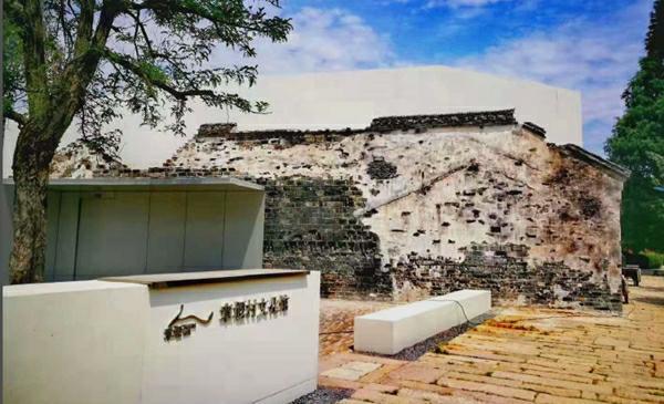 圖說:章堰村文化館已建成投運 來源/中建八局供圖 新民晚報訊(記者 裘穎瓊)灰墻黛瓦的老墻之內,一棟白色新建筑遠看如同從里長了出來。這種巧妙的融合,是青浦區章堰村在鄉村振興建設中對新老建筑共存共生的設計。這棟新建筑,如今還植入新功能章堰村文化館,保存記錄這個古村落的村史。 我們要讓新房子從老房子里長出來。中建八局重固鎮項目設計部成員介紹,為了不破壞老建筑的肌理,新建筑主體采用白色清水混凝土,以呼應周圍建筑的立面色彩,并與老外墻保留30厘米以上距離。 在設計部成員看來,這種設計還有三