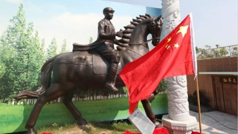 刘伯承元帅、粟裕大将铜像今天上午在志愿军纪念广场揭幕